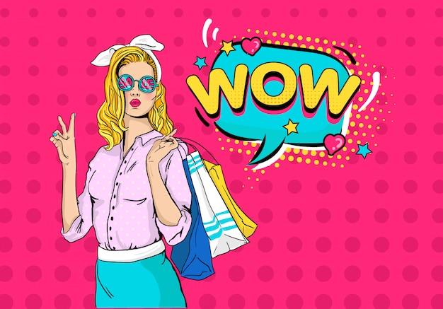 Сексуальная удивленная молодая женщина в очках распродажа и блондинка вьющиеся волосы