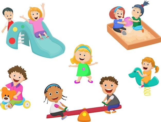 Милые дети играют с игрушками в детском саду