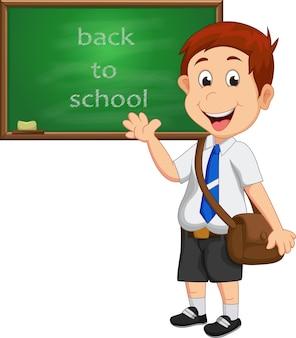 学校の少年は、黒板の前に立っている