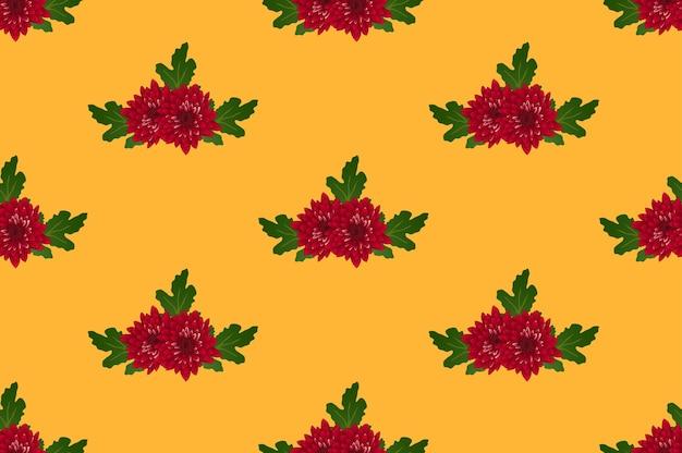オレンジ黄色の背景に赤い菊