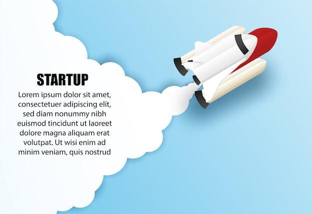 Концепция запуска бизнеса, шаблон фона. конструируйте с кораблем, ракетой летая в голубое небо.