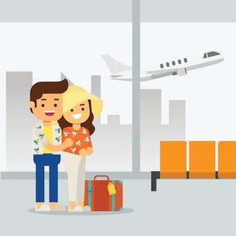 Мужчина и женщина отправляются в путешествие пары в аэропорту готовятся к летним путешествиям