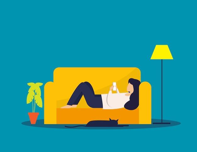 女性はソファでリラックスし、スマートフォンを遊ぶ、休日