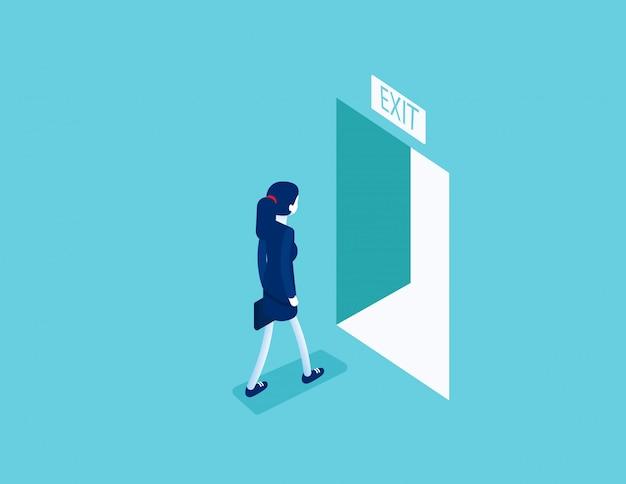 開いたドアを通って出口まで歩く女性