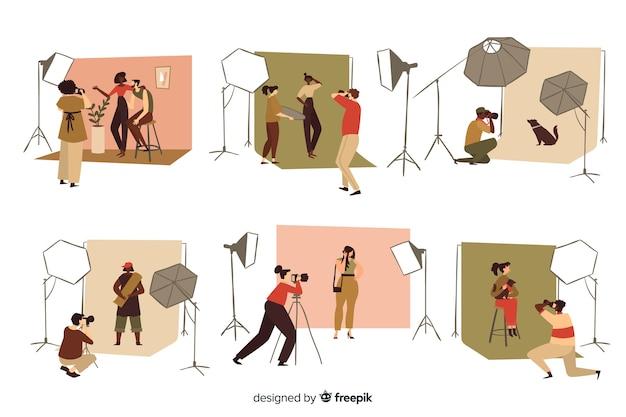 スタジオセットで働く写真家