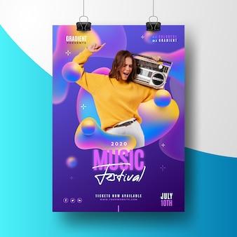 Шаблон плаката музыкального фестиваля с фотографией танцующей женщины