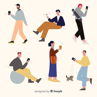 Молодые люди держат свои смартфоны