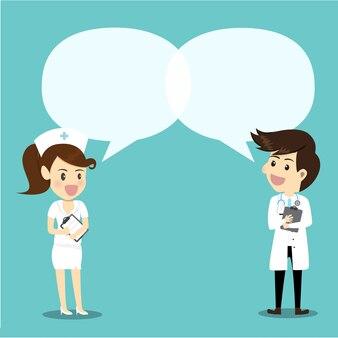 医師と看護師は、知識を与える吹き出しの泡を持つ。