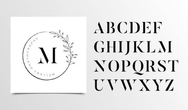 女性の花の文字のロゴデザインテンプレート