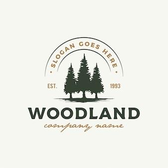素朴なレトロヴィンテージウッドランド、エバーグリーン、松、トウヒ、杉の木のロゴデザイン