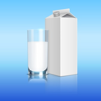 Молочная упаковка и стакан молочного напитка. иллюстрация упаковки напитков
