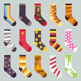 繊維のカラフルな子供の暖かい靴下。着色されたパターン、イラストと靴下のセット