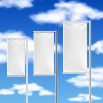 Белые флаги и голубое небо. шаблон рекламного мероприятия на пляже.