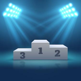 サーチライトで照らされたスポーツの勝者の空の表彰台。投光照明、勝者の台座の表彰台で空のステージ
