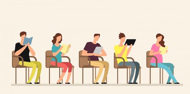 若者がグループの本で勉強しています。
