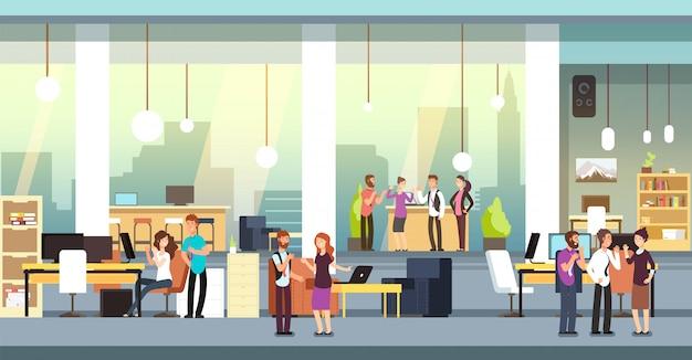 Сотрудники в офисе. люди в коворкинге открытое пространство офис, рабочее пространство. сотрудники говорят и мозговой штурм