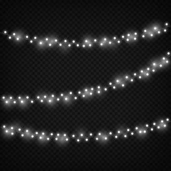 白いクリスマスライト。お祝いの光の装飾、冬の休日の装飾的な現実的なガーランド。ベクトルセット分離黒背景