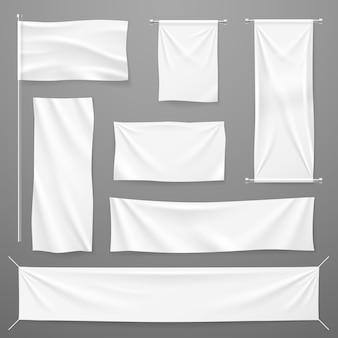 白い繊維の広告バナー。ロープにぶら下がっている空白の布。折りたたまれた空のコットンストレッチキャンバス。