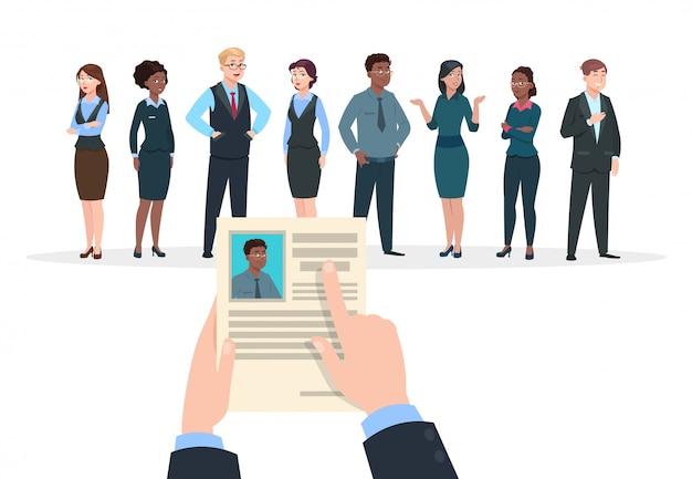 Концепция найма. интервью кандидатов с деловыми людьми. бизнесмен держит резюме. работа и карьера.