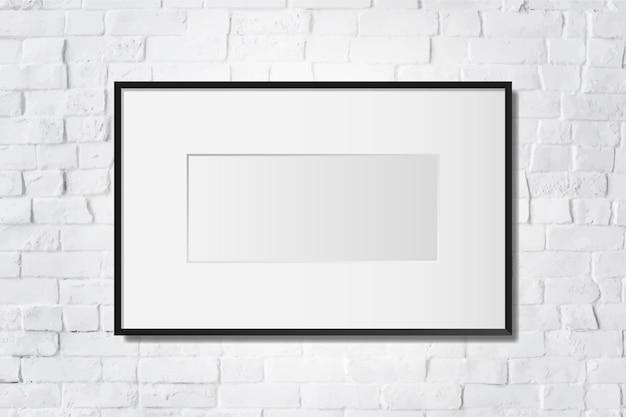Черная пустая рамка на стене