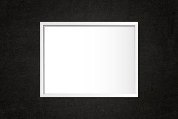 Белая пустая рамка на стене