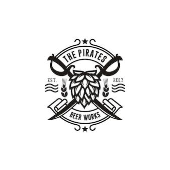 ビール醸造所ヴィンテージエンブレムロゴのホップと海賊の剣を交差