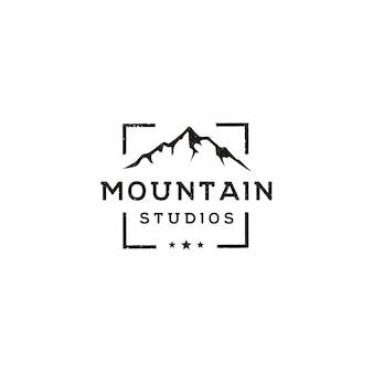 アドベンチャー屋外自然写真撮影のロゴのためのフォーカススクエアレンズフレームのある山の風景