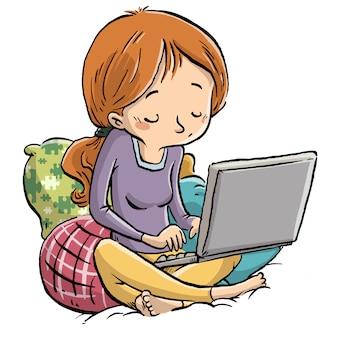 座っている女の子のラップトップで書く