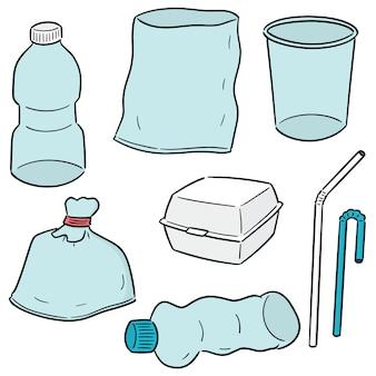 Набор пластиковых предметов и пенопластовой коробки
