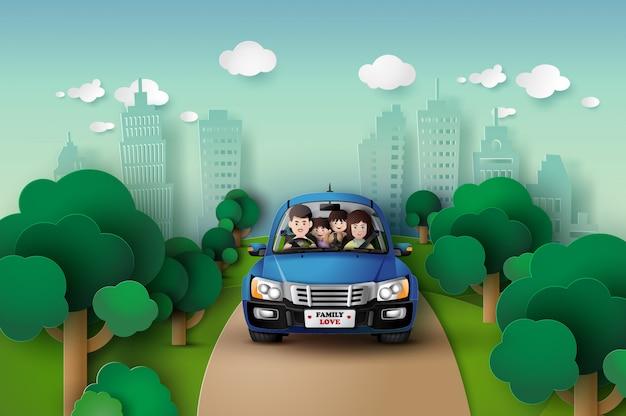 家族が車で運転しています。