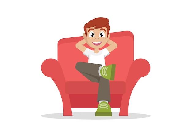 少年は家でソファーでリラックスします。