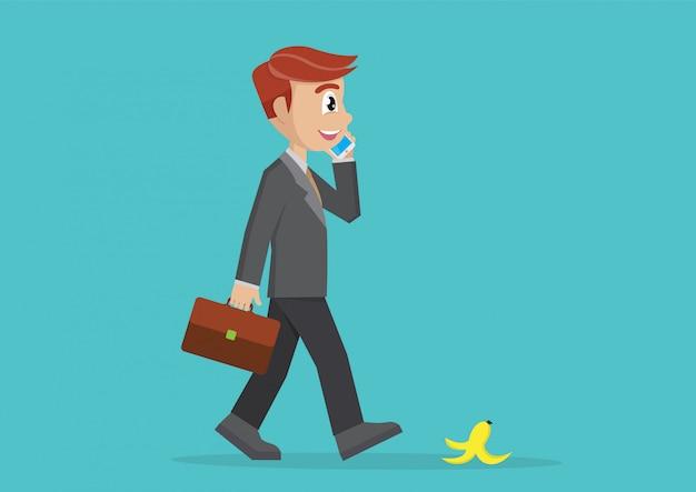 歩くビジネスマンとスマートフォンと話しています。