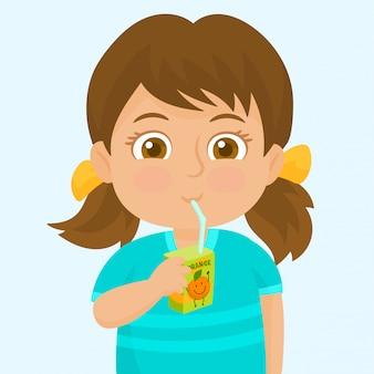 Маленькая девочка пьет из коробки сока