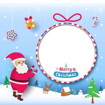 Веселая рождественская открытка с санта-клауса и круг кадр на снегу.