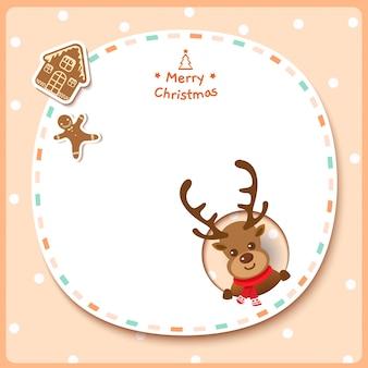 ベージュ色の背景にトナカイとジンジャーブレッドのクッキーとメリークリスマス。