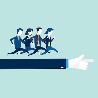 ビジネスマン、リーダーの腕の上で走っている女性。
