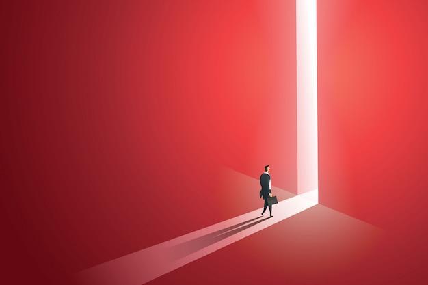 歩くビジネスマンは、光の滝の穴の壁の赤で明るく大きな輝くドアの前に行きます。図