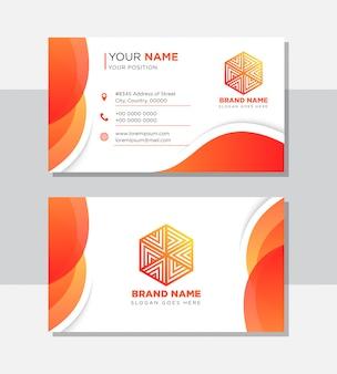 Творческая визитная карточка в градиенте оранжевого и красного цветов. прозрачность формы и кривая тени