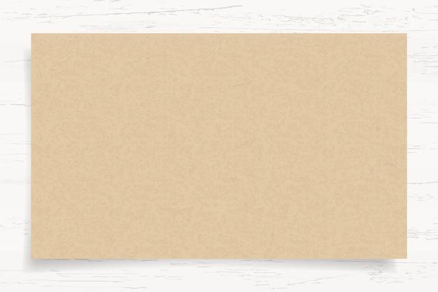 白い木の背景に茶色の紙のテクスチャ。