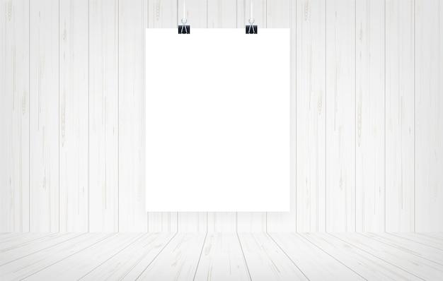 木製の部屋の背景に紙のポスターがぶら下がっています。