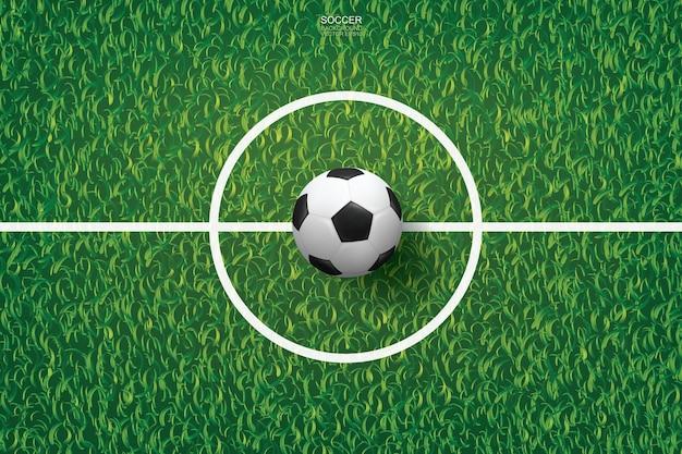 Футбольный мяч на зеленой траве фоне футбольного поля.