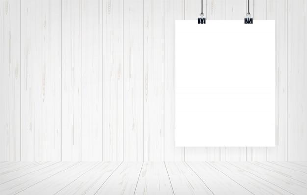 白い紙のポスターは、木製の壁の背景にぶら下がっています。