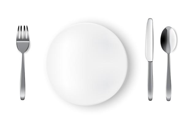 モックアップ現実的な白いプレートまたは料理、スプーンフォーク、食卓のダイニングテーブルのナイフ