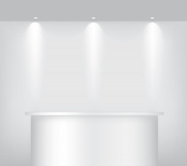 製品を展示するためのインテリアのために、現実的な空の棚を表彰台にモックアップします