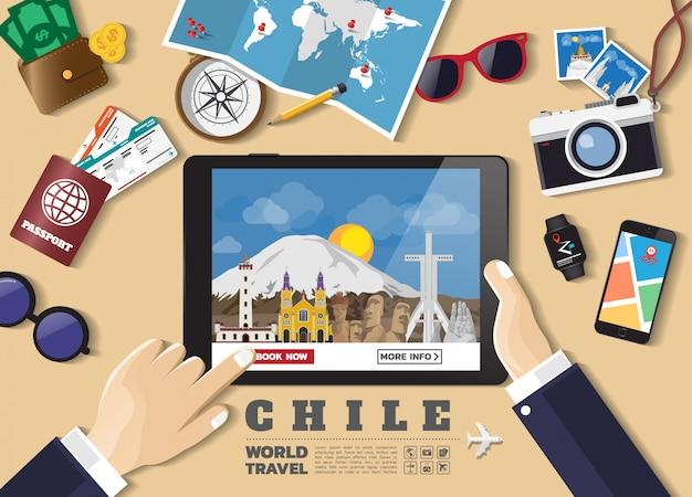 スマートタブレット予約旅行の目的地を持っている手。チリの有名な場所。