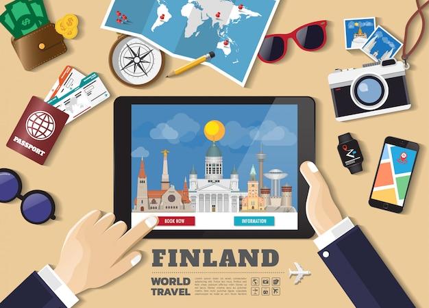Рука, держащая умное предназначение путешествия бронирования таблетки. известные места финляндии. векторные баннеры понятия в плоском стиле с набором путешествующих объектов, аксессуаров и символа туризма.