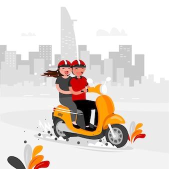 Пара катается на велосипеде по городу