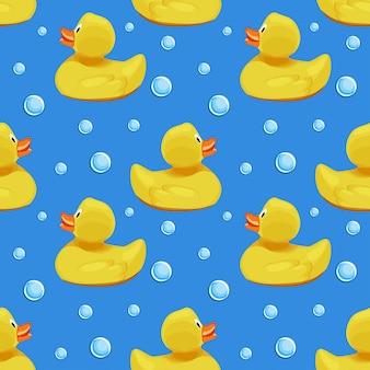 かわいい黄色のゴム製のアヒル、アヒルの子、青い水背景シームレスパターンのシャボン玉。