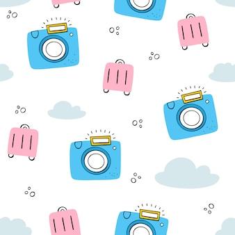 観光、休暇。カメラ、スーツケース、雲とのシームレスなパターンベクトル。落書き、フラットスタイル。