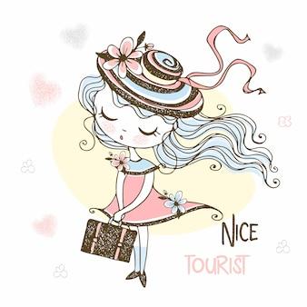Милая туристическая девушка в шляпе с чемоданом.